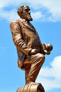 Centilivre statue